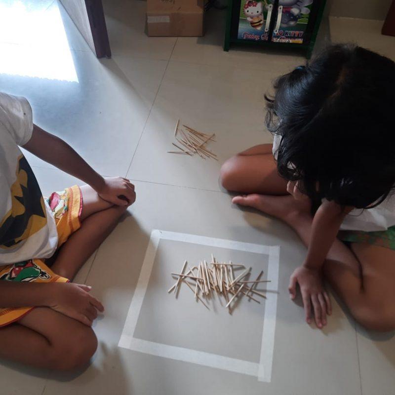 anak paud tk bermain bitingan atau sothilan permainan tradisional